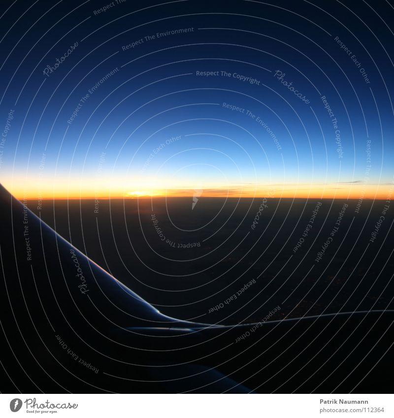 ab in den Süden IV Flugzeug Abdeckung Himmel Wolken Sonnenuntergang Sonnenaufgang Ferne Physik kalt rot gelb schwarz Nacht Abend Morgen Fensterplatz Tragfläche