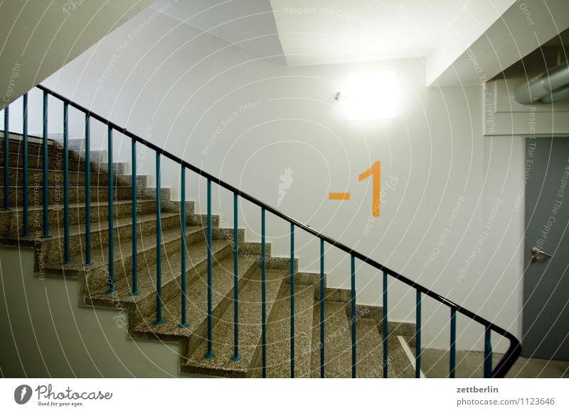 -1 (2) Haus Wohnhaus Treppenhaus Treppenabsatz Niveau aufwärts abwärts steigen aufsteigen Abstieg Keller Tiefgarage Ziffern & Zahlen Nummer eins Licht Lampe