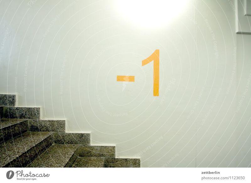 -1 Haus Wohnhaus Treppenhaus Treppenabsatz Niveau aufwärts abwärts steigen aufsteigen Abstieg Keller Tiefgarage Ziffern & Zahlen Nummer eins Licht Lampe Wand
