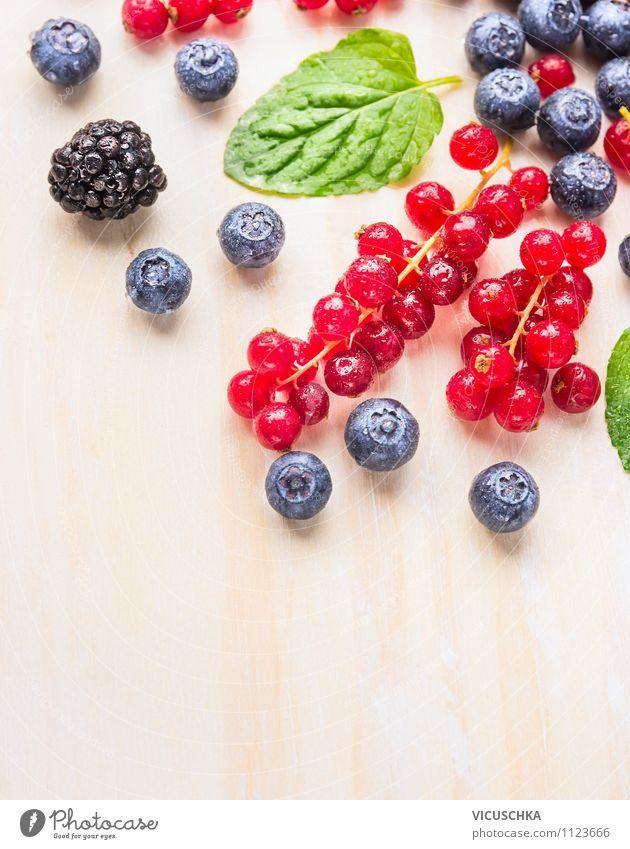 Frische Sommerbeeren auf weißem Tisch Lebensmittel Frucht Dessert Ernährung Frühstück Bioprodukte Vegetarische Ernährung Diät Saft Lifestyle Stil Design