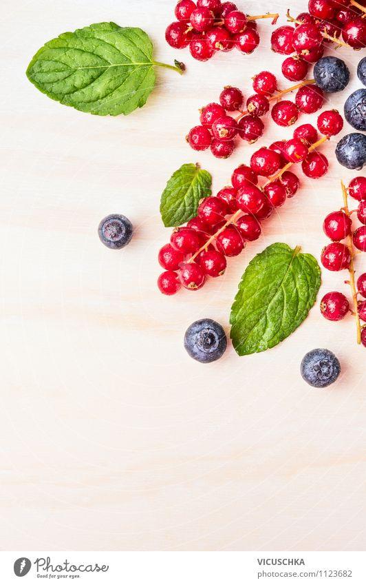 Rote Johannisbeeren mit Heidelbeeren und Minze Lebensmittel Frucht Dessert Ernährung Frühstück Stil Design Gesunde Ernährung Sommer Garten Tisch Küche Natur