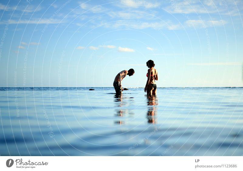 Mensch Natur blau Wasser Sommer Sonne Meer Ferne feminin sprechen Schwimmen & Baden oben Horizont maskulin frisch Körper