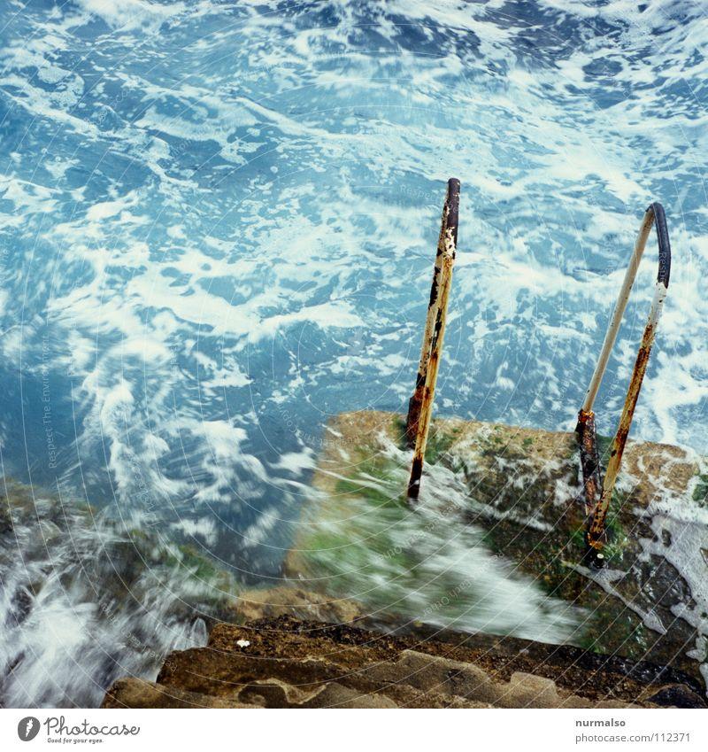zum Morgenbad Wasser schön Meer blau Freude Strand kalt Spielen Bewegung Wellen nass Beton Felsen gefährlich Hafen festhalten