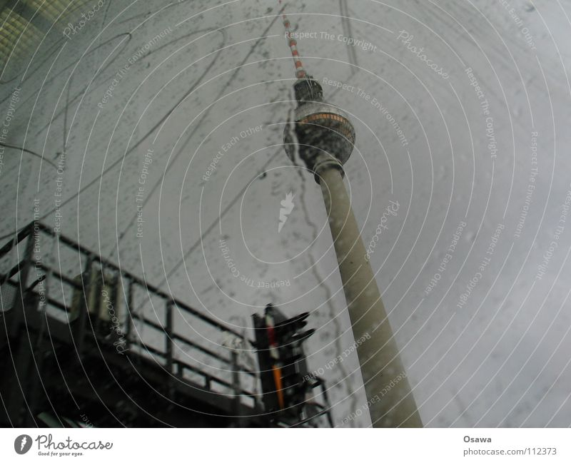 Dickes B Wolken Berlin Herbst Fenster grau Regen Glas Beton Turm Buchstaben Denkmal Wahrzeichen Fensterscheibe Berliner Fernsehturm S-Bahn