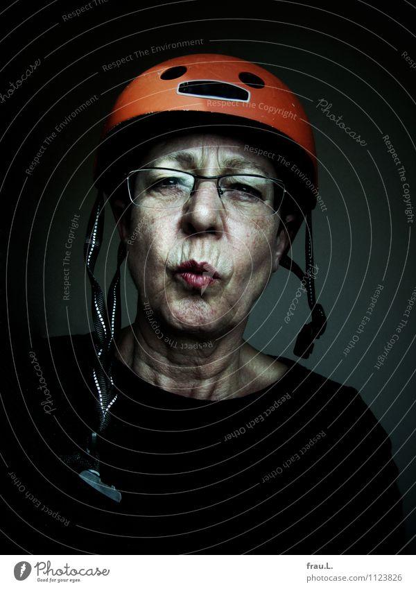 Helm Mensch Frau alt Erwachsene Senior feminin Stil Freizeit & Hobby 60 und älter Fahrradfahren Brille Weiblicher Senior trashig skeptisch Misstrauen