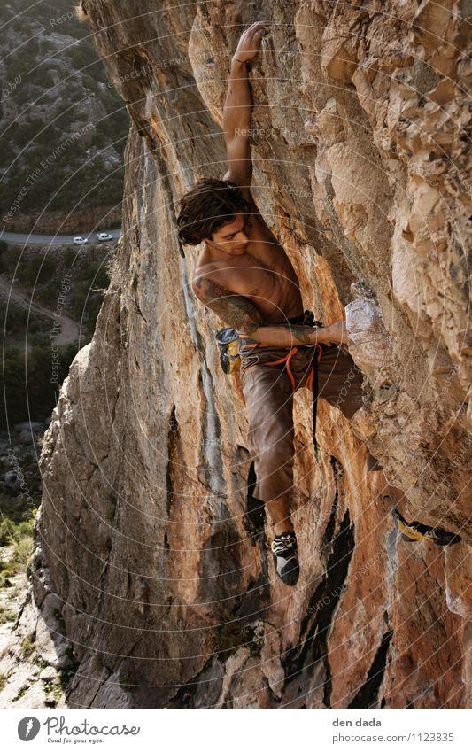 climb up Mensch Natur Jugendliche Junger Mann 18-30 Jahre Umwelt Erwachsene gelb Berge u. Gebirge Sport außergewöhnlich Felsen orange Körper Haut Schönes Wetter