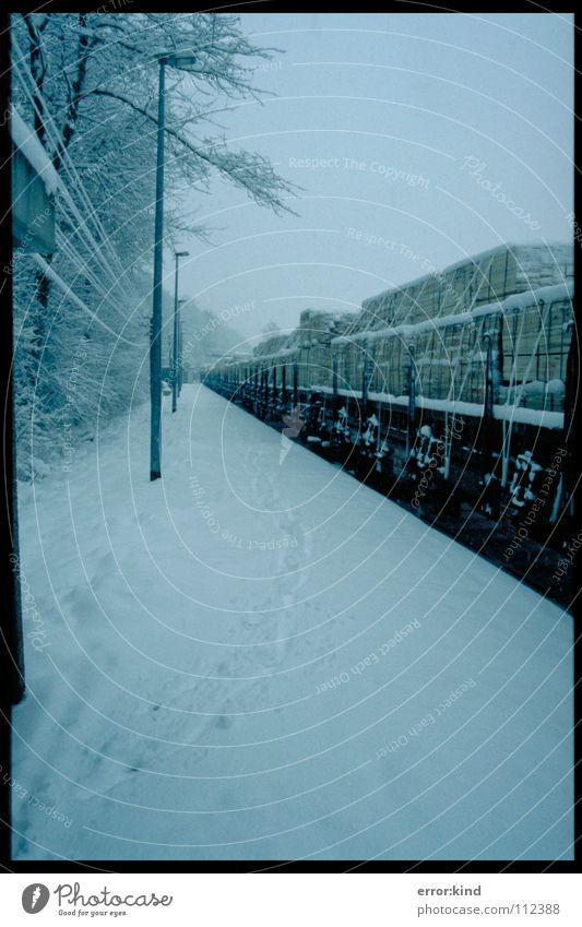 Eisenbahn im Schnee Winter kalt Perspektive Spuren Güterwaggon