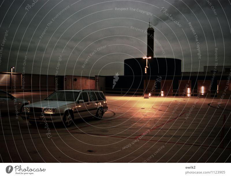 Raucherecke Bauwerk Gebäude Mauer Wand Parkplatz Parkplatzbeleuchtung Parkdeck PKW bedrohlich dunkel gruselig trist unten Wachsamkeit ruhig stagnierend