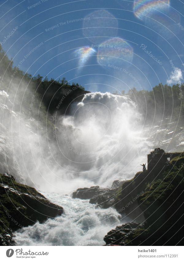 Wassertraum Norwegen Oslo Gischt Sommer Sonne sprudelnd Wassertropfen frisch spritzig Elektrizität Bach Stromschnellen Lebensfreude Ferien & Urlaub & Reisen