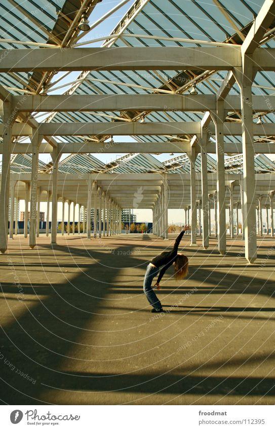 Cbrastreifen Dach Barcelona Spanien Beton Forum Frau gebeugt Säule Schatten Elektrizität Perspektive hochkant durchsichtig Architektur