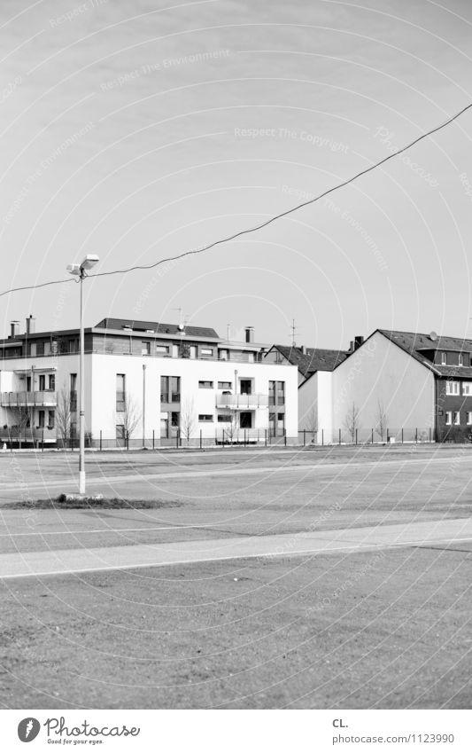 platz Häusliches Leben Wohnung Haus Hausbau Himmel Schönes Wetter Einfamilienhaus Platz Architektur Verkehr Wege & Pfade Laternenpfahl Kabel Schwarzweißfoto
