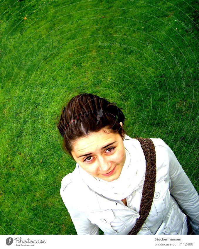 und jetzt...? Vogelperspektive grün Wiese Frau Sportplatz schön Scheitel Haare & Frisuren Tasche weiß dunkelhaarig Erwartung Hallo Lücke dunkelbraun Gefühle