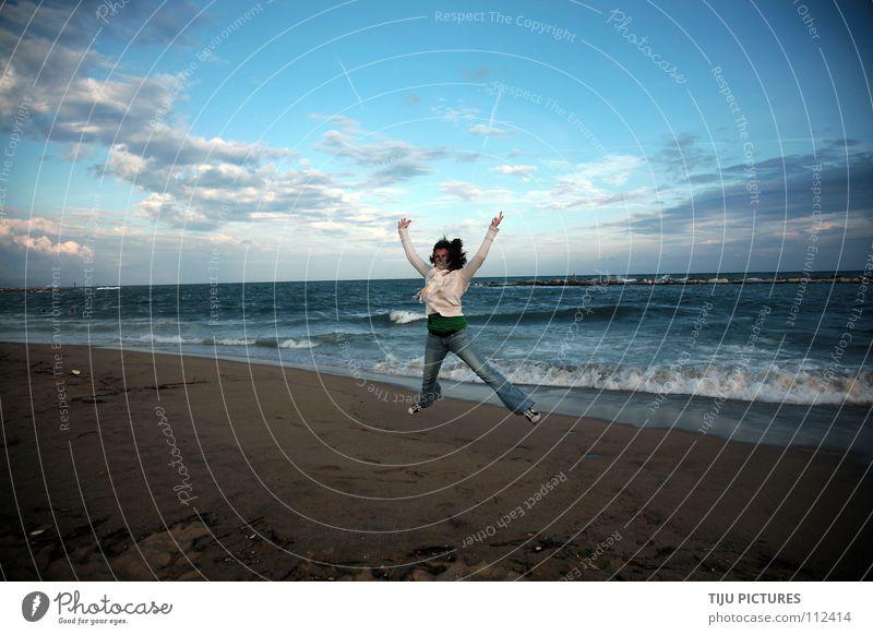 I'm FREE springen hüpfen Wolken Stimmung Meer Strand Küste Meerwasser Algen Barcelona Himmel Wellen Gischt Erfolg frei Freiheit Freude Glück blau Wasser Sand