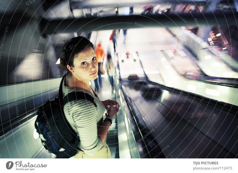 """""""Stand on the Right"""" """"Stehen Sie rechts"""" Bewegung Traurigkeit Trauer Müdigkeit U-Bahn Bewegungsunschärfe Bahnhof London London Underground fertig Rucksack Rolltreppe"""