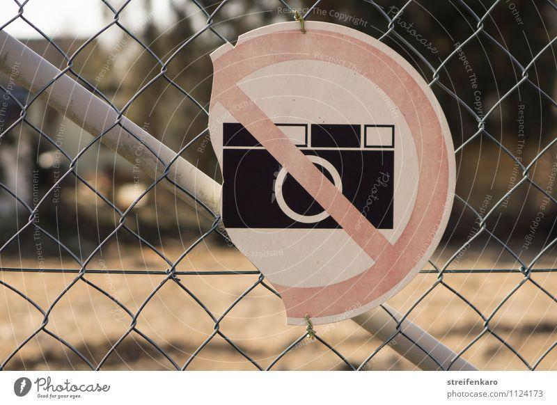 """Kaputtes Schild """"Fotografieren verboten"""" an Maschendrahtzaun Industrie Baustelle Zaun Metall Hinweisschild Warnschild alt hässlich kaputt trist Ende"""