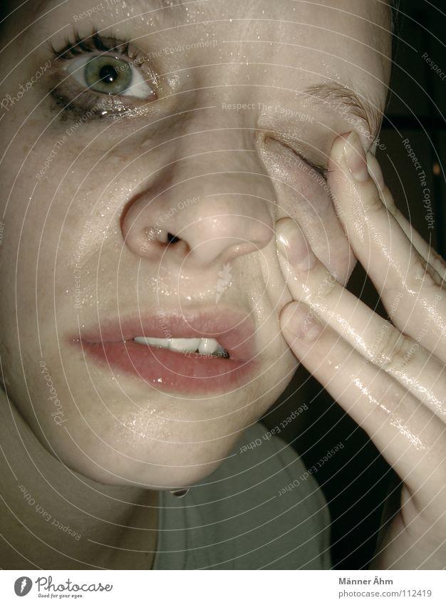 Hilfe, es brennt! Frau Hand Gesicht Auge Traurigkeit Gesundheit dreckig Nase Finger Reinigen Schmerz Schminke brennen Waschen weinen Wimpern