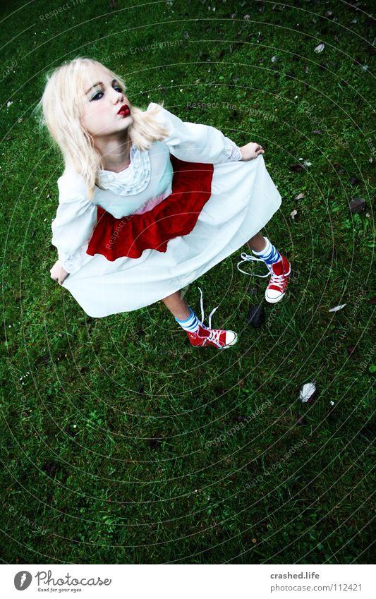 Alice im Wunderland Küssen Kleid rot weiß grün Chucks Strümpfe blond Blatt Lippenstift Kajal geschminkt Turnschuh Mädchen Schminke Ballkleid Glamour feminin
