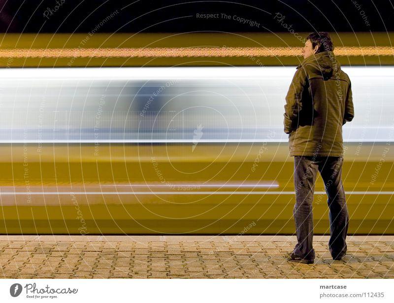Perron Bahnsteig stehen Nacht Langeweile Zeit besuchen vergangen laufen Geschwindigkeit Rauschen dringend kurz abrupt Eisenbahn S-Bahn U-Bahn warten Erwartung