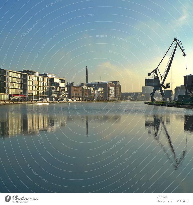 Kreativkai : Stadthafen1, Münster_01 Wasser blau ruhig Wasserfahrzeug Industrie Hafen Spiegel Kran Renovieren Dachboden Windstille Altbau himmelblau Zerreißen