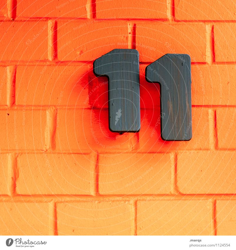 11 Stil Mauer Wand Backsteinwand Ziffern & Zahlen orange schwarz Farbe Lebensalter schnapszahl Hausnummer Farbfoto Außenaufnahme Nahaufnahme Strukturen & Formen