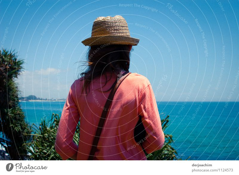Hoffentlich kommen heute die Wale Mensch Kind blau Sommer Wasser Meer Freude Mädchen Umwelt außergewöhnlich Freizeit & Hobby Körper Kindheit warten Lächeln Ausflug