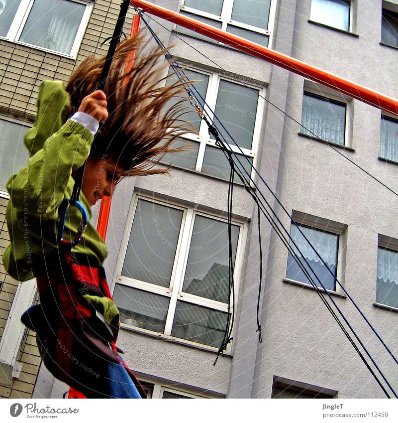 Nach dem Aufschwung Kind Stadt Freude Straße Spielen springen Seil Kitsch Köln aufwärts Schaukel abwärts hüpfen Salto Trampolin Bungee