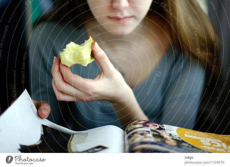 keeps the doctor away Apfel Ernährung Essen Slowfood Fingerfood Lifestyle Freizeit & Hobby Mädchen Junge Frau Jugendliche Leben Gesicht Hand 1 Mensch