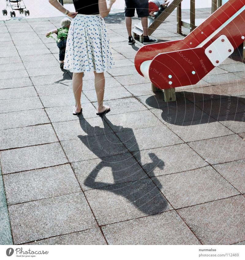 Twisterrutsche Frau weiß rot Sommer feminin Spielen Beine süß dünn Punkt Club Spielplatz hüpfen Rutsche Gummi Wagen