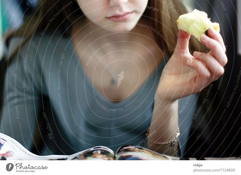 an apple a day Apfel Ernährung Essen Fingerfood Lifestyle Freizeit & Hobby lesen Mädchen Junge Frau Jugendliche Leben Gesicht Hand 1 Mensch 13-18 Jahre Kind