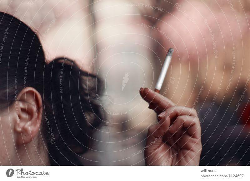 """""""nie wieder!"""" - hat mancher schon zu oft gesagt Rauchen Junge Frau Jugendliche Ohr Hand Finger Zigarette genießen Sucht Nikotin Außenaufnahme"""