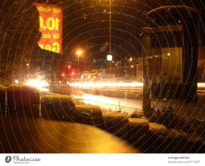 Moving Bushaltestelle Langzeitbelichtung Nacht Licht Verkehr Straße Schnee PKW