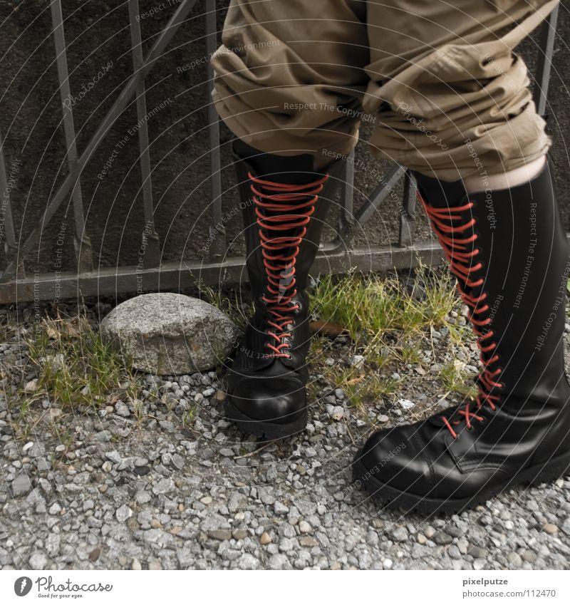 hosenscheisser Mann Gefühle Fuß lustig Schuhe Angst warten maskulin stehen Gastronomie bleich Kies Leder links Schwäche urinieren