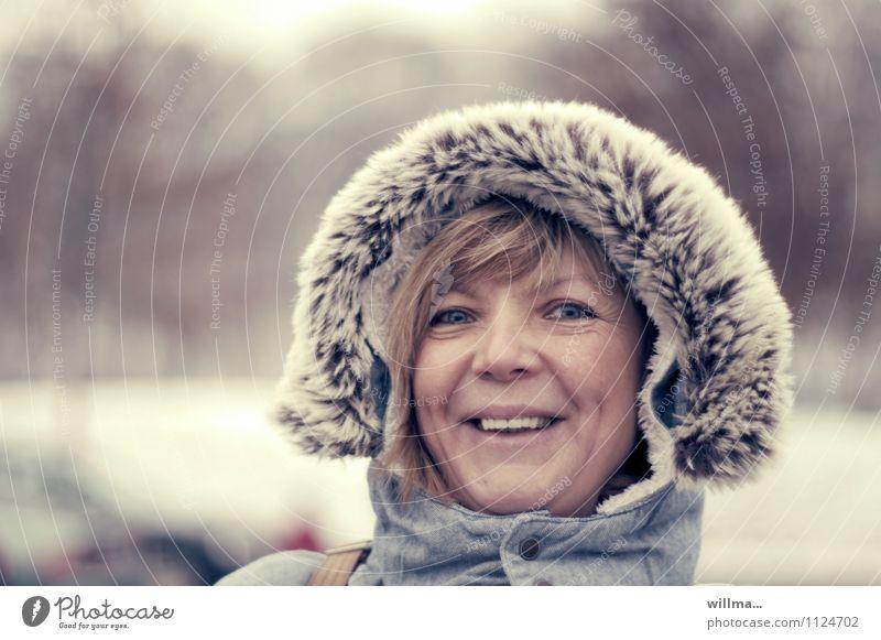 zieht euch warm an! Frau Jugendliche Junge Frau Winter kalt Erwachsene lachen Kopf Lächeln Fell Kapuze Kapuzenjacke Gute Laune