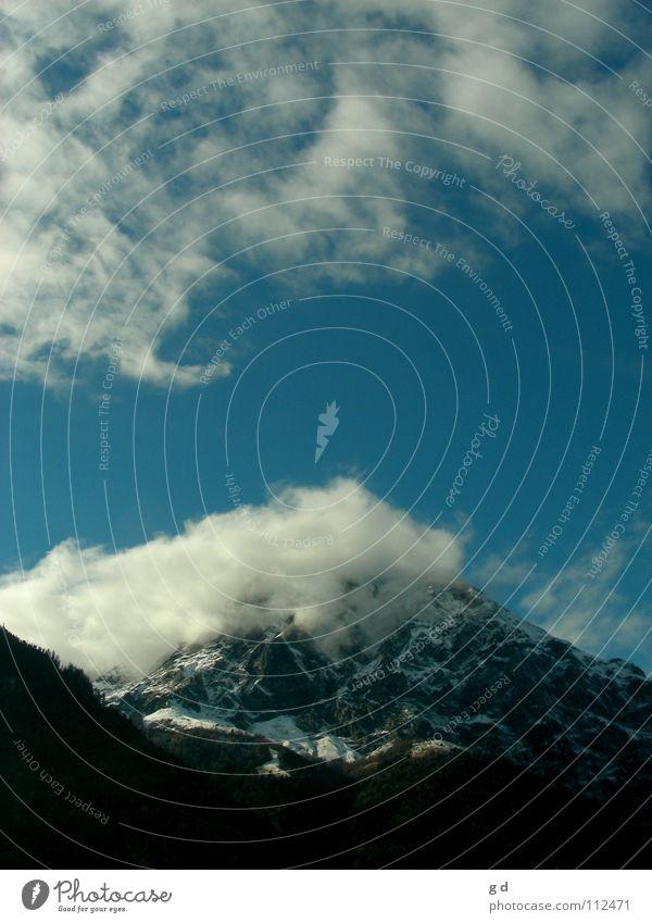 Über den Berg Wolken Aktion weiß Berge u. Gebirge blau Stein Felsen Dynamik Bewegung Himmel Schnee