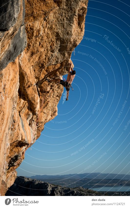 Klettern in Paklenica Kroatien Mensch Jugendliche blau Sommer 18-30 Jahre Erwachsene Berge u. Gebirge Sport außergewöhnlich Felsen orange maskulin Kraft