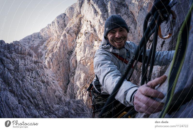 Stand! Mensch Natur Jugendliche Landschaft Junger Mann Winter dunkel Erwachsene Berge u. Gebirge Sport Felsen maskulin Kraft authentisch Erfolg Fröhlichkeit
