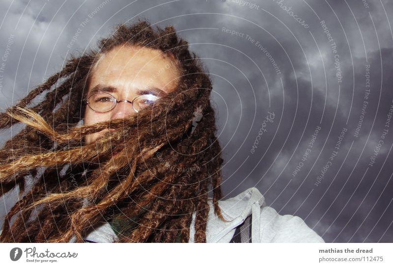 HAIR vs. WIND Wolken dunkel grau bedrohlich Wind Sturm Unwetter schlechtes Wetter tief Mann langhaarig Rastalocken hängen flattern Brille Blitzlichtaufnahme