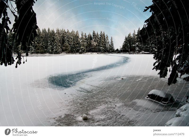 Der Weg übers Eis abgelegen Angst Gebirgssee Bergwald Wolken Einsamkeit kalt Schlittschuhlaufen Ferien & Urlaub & Reisen frieren ruhig Märchen Minusgrade Nebel