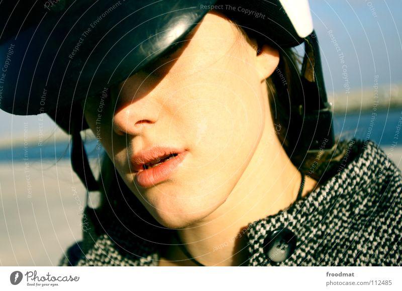 Scooter Helm Lippen liebste Barcelona Spanien schön Frau Silhouette Kleinmotorrad Verkehr Meer Knöpfe Mantel nah Coolness kalt Mund siana froodmat Schatten