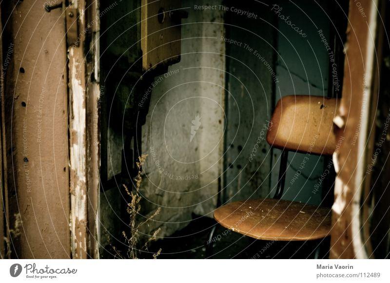 Bei uns in Potsdam wird Gemütlichkeit großgeschrieben alt ruhig Einsamkeit Erholung dreckig nass trist Stuhl kaputt Vergänglichkeit verfallen Sitzgelegenheit