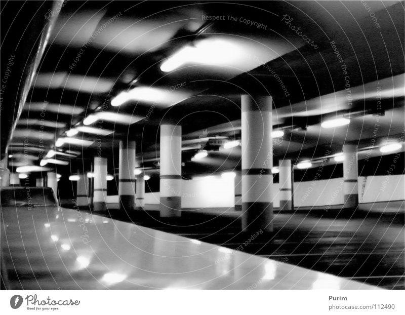 Fluchtpunkt Parkhaus Nacht schwarz weiß Thriller Tunnel Kontrast Architektur