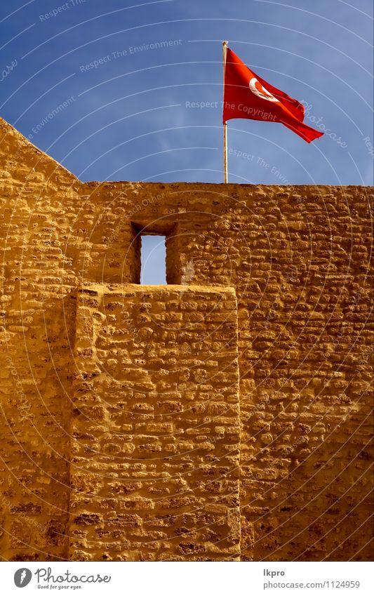 Flagge im w Himmel Wolken Burg oder Schloss Fahne blau braun rot weiß Wand tunisi Tunesien Baustein Fenster Farbfoto
