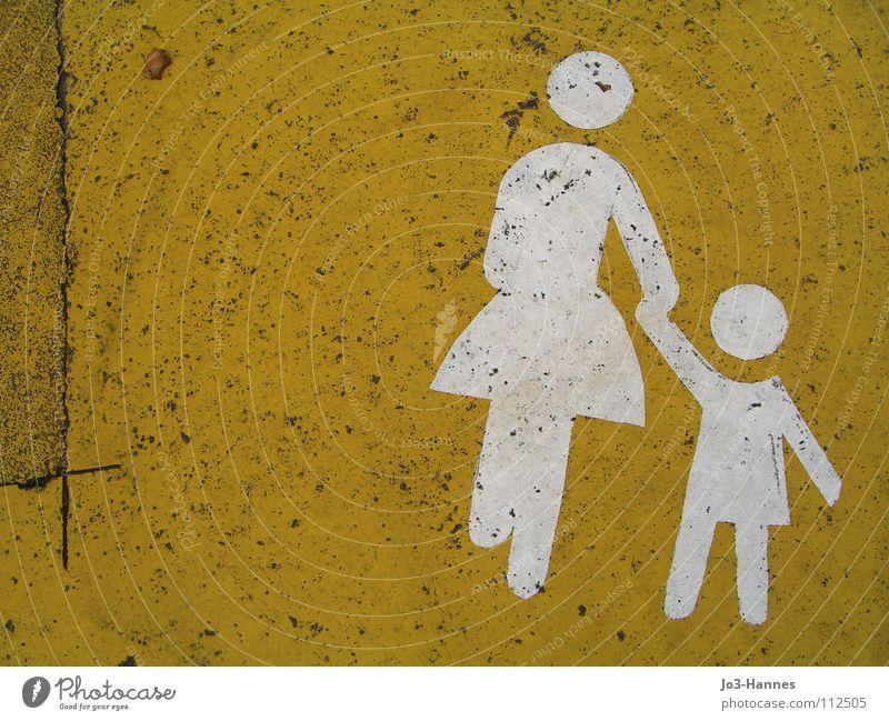 Mutti, ich will nich in den Kindergarten! Mutter Frau Familie & Verwandtschaft Patchwork Asphalt Teer graphisch gelb weiß Piktogramm Spielstraße Warnhinweis
