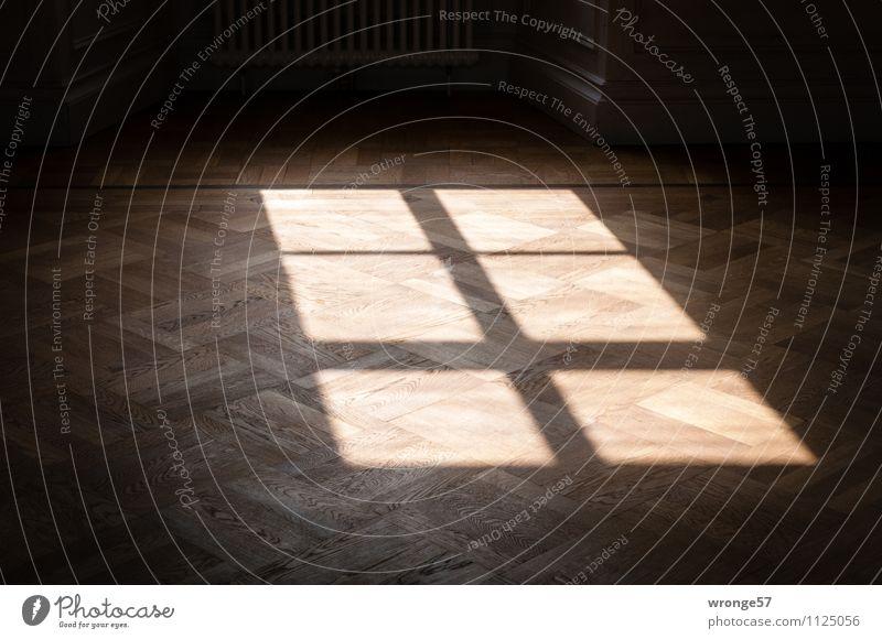 Schattenkreuz   Schatten eines Fensterkreuzes auf einem Parkettboden Bodenbelag Kreuz dunkel eckig hell braun schwarz Licht Kontrast Raum Farbfoto