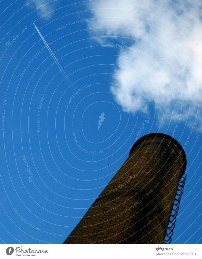 rauchzeichen & linienführung Himmel blau Wolken Ferne Linie Hochhaus hoch Geschwindigkeit Industrie Luftverkehr Schornstein schlechtes Wetter Kondensstreifen
