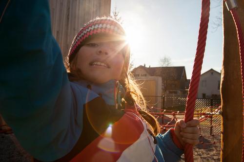 Kinderspielplatz Kindergarten Schule lernen Schulgebäude Schulhof Schulkind schaukeln Spielen Abenteuer Lebensfreude Perspektive Pause Schulpause Spielplatz