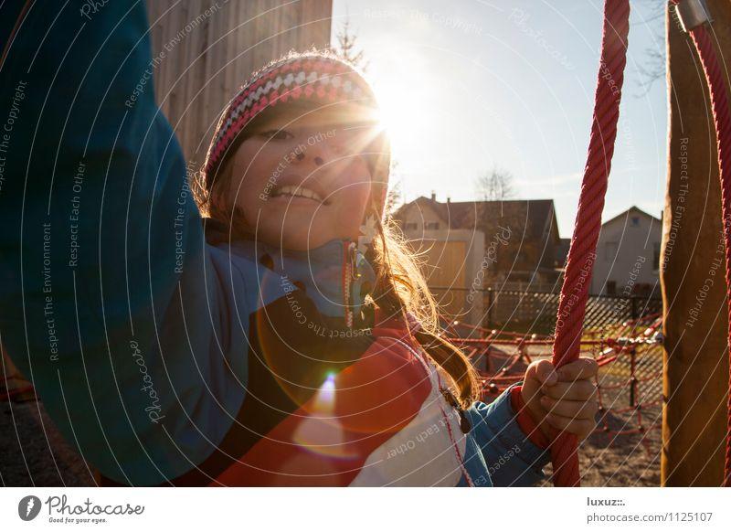 Kinderspielplatz Sonne Spielen Schule Perspektive lernen Lebensfreude Abenteuer Seil Schulgebäude Pause Kindergarten Spielplatz Schulkind schaukeln Blendenfleck