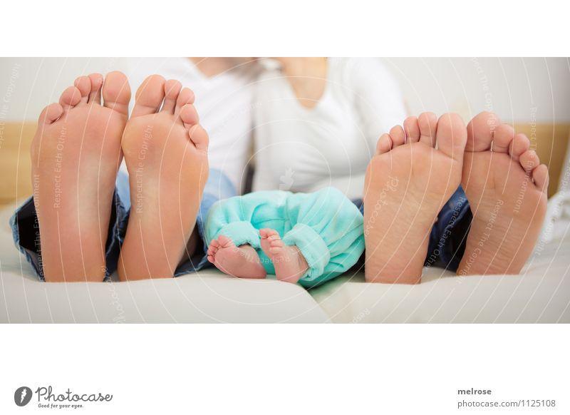 Familie komplett harmonisch Bett Schlafzimmer Geburt Baby Junge Frau Jugendliche Junger Mann Eltern Erwachsene Mutter Vater Familie & Verwandtschaft Körper Fuß