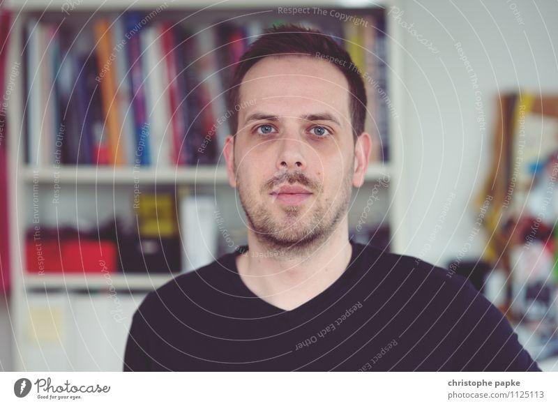 junger Mann blickt in die Kamera, Bücherregal im Hintergrund Mensch Junger Mann Wohnung Erwachsene Blick Selfie Porträt Häusliches Leben Jugendliche 1 maskulin