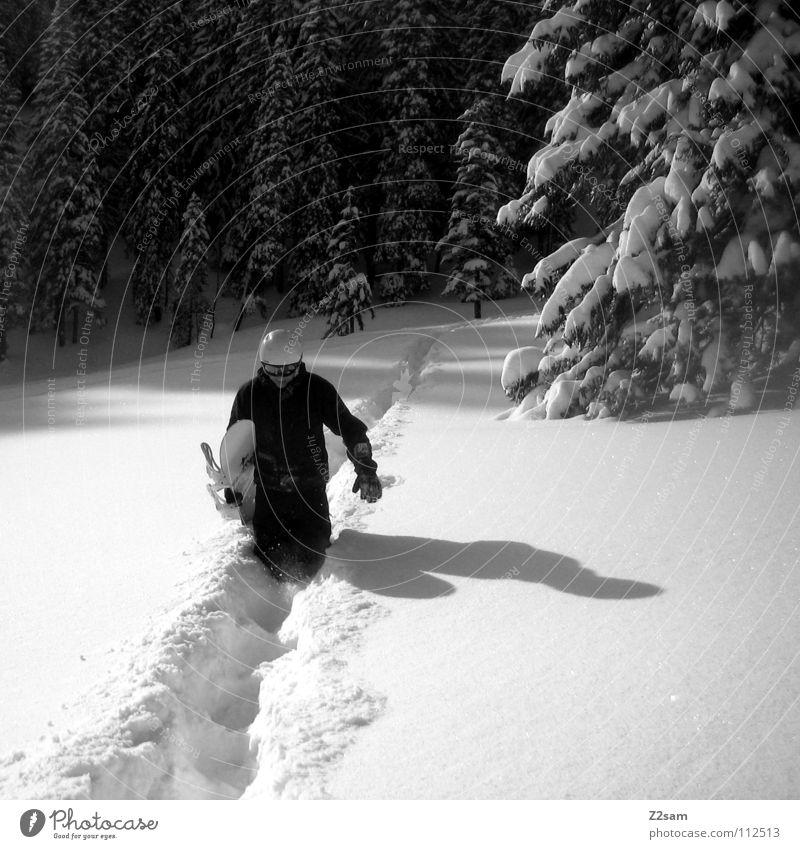 hiking Snowboard wandern Tiefschnee Baum Wald Helm lässig Wintersport Schnee schwarz weiß laufen Schatten Coolness Sport backcountry tragen Schwarzweißfoto